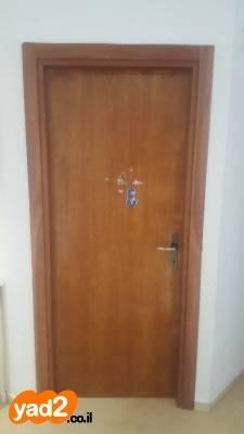 משהו רציני 2 דלתות מעץ איכותי בצבע אגוז ריהוט פנים יד שניה - ad CI-93
